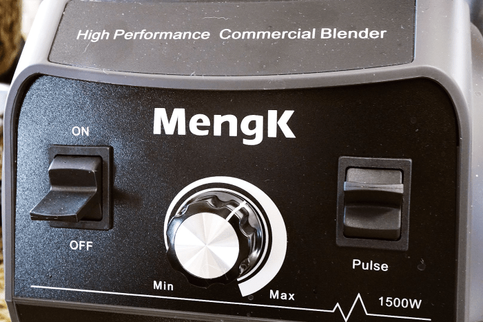 The controls on the MengK blender are simple