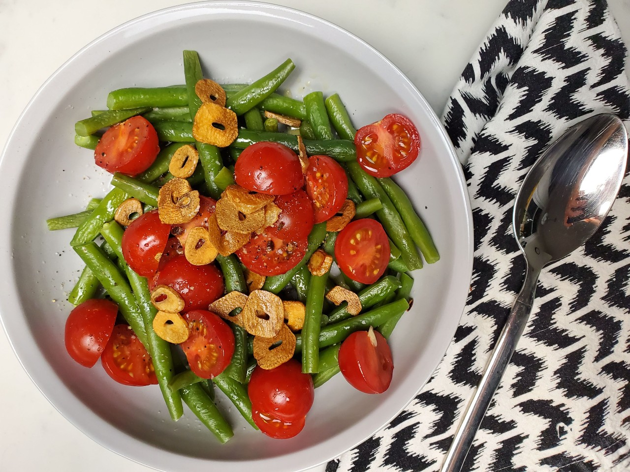 green beans with lemon, tomatoes and crispy garlic
