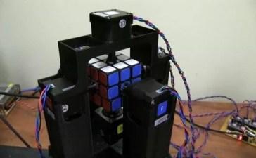 Cubo di Rubik risolto da un robot