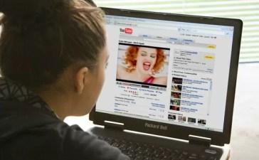 Ragazza guarda un video su YouTube