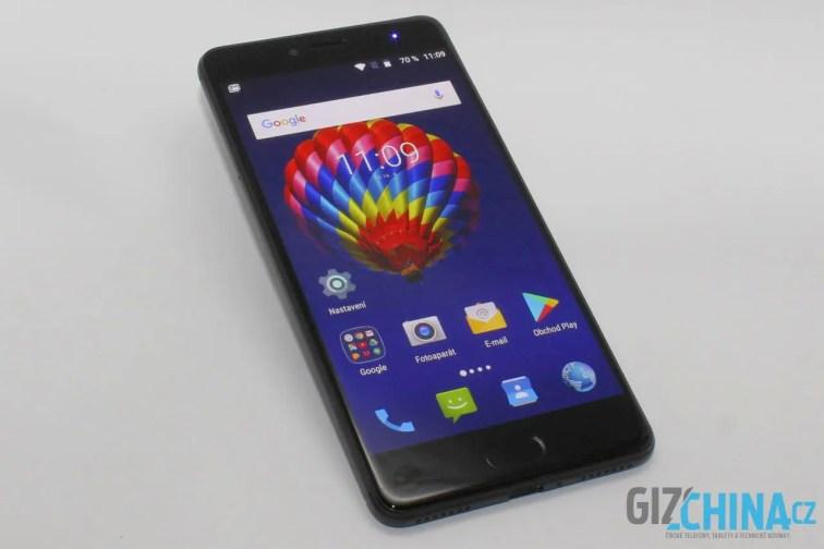 Telefon je prostý designových výstřelků. Navíc je celý černý.