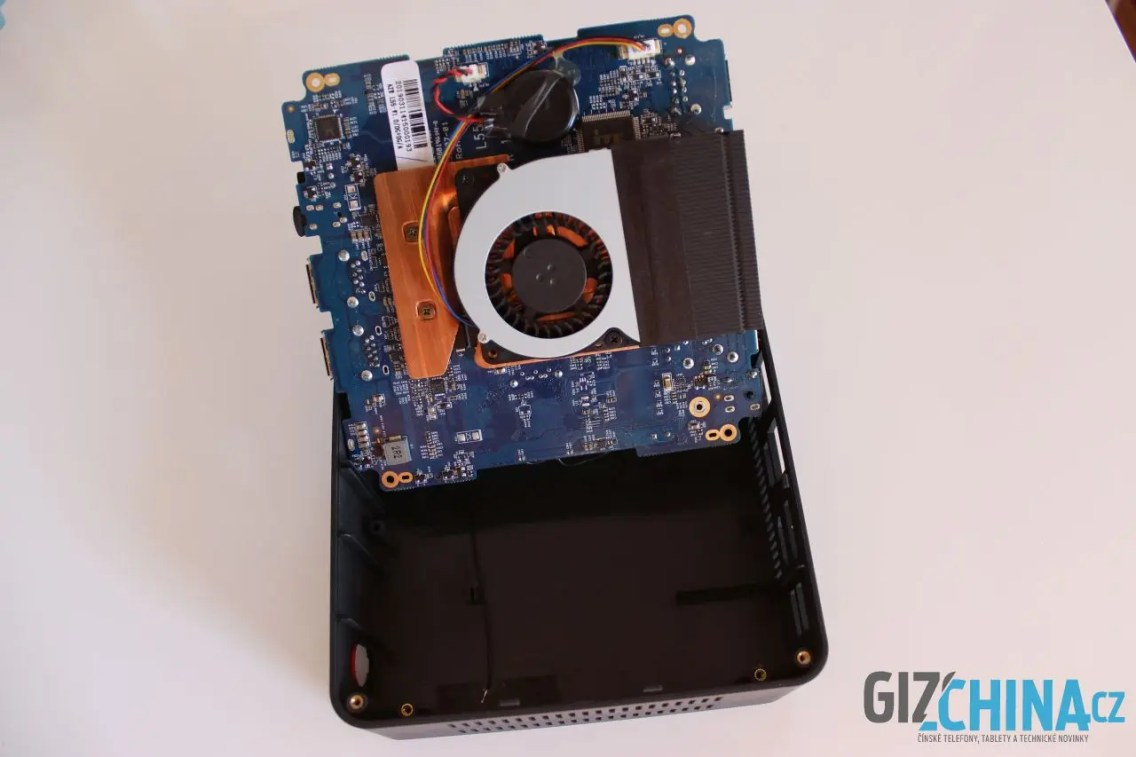 Procesor a chladič jsou na opačné straně základní desky