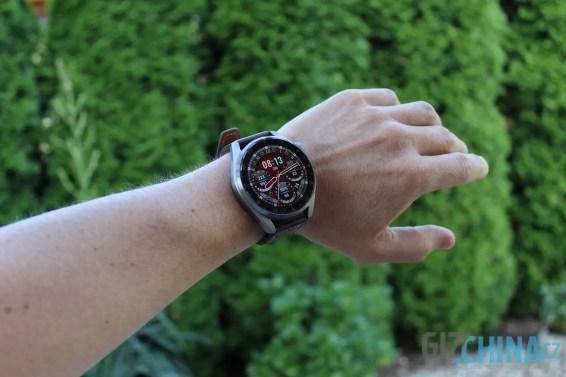 Velikost hodinek vyniká zejména na užším zápěstí