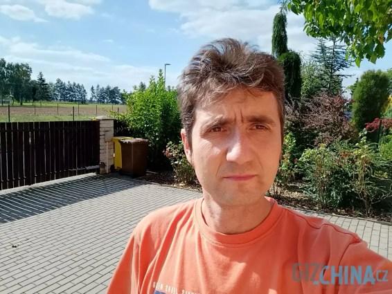 Detaily selfie kameře výrazně chybí