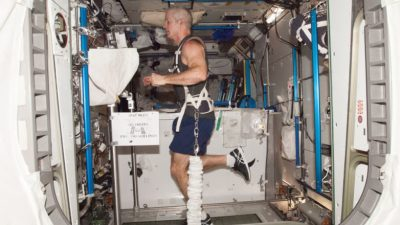 Steve Swanson, astronauta da NASA, equipado com um arnês de elástico, faz exercícios na esteira T2, a bordo da Estação Espacial Internacional (Imagem: NASA)