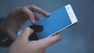 Pessoa mexendo em um smartphone