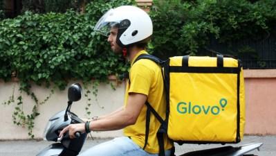 Entregador da Glovo em motocicleta