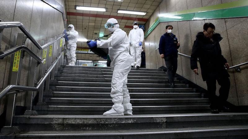 Trabalhadores pulverizam solução anti-séptica contra o coronavírus (COVID-19) na estação de metrô em Seul, Coreia do Sul