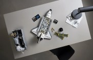 LEGO 10283 NASA Space Shuttle Discovery - Buildin table