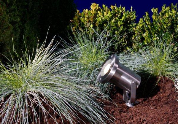 LED Strahler Protego aus Edelstahl im Beet