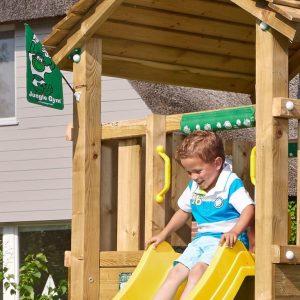 Spielturm Cottage mit Rutsche im Detail
