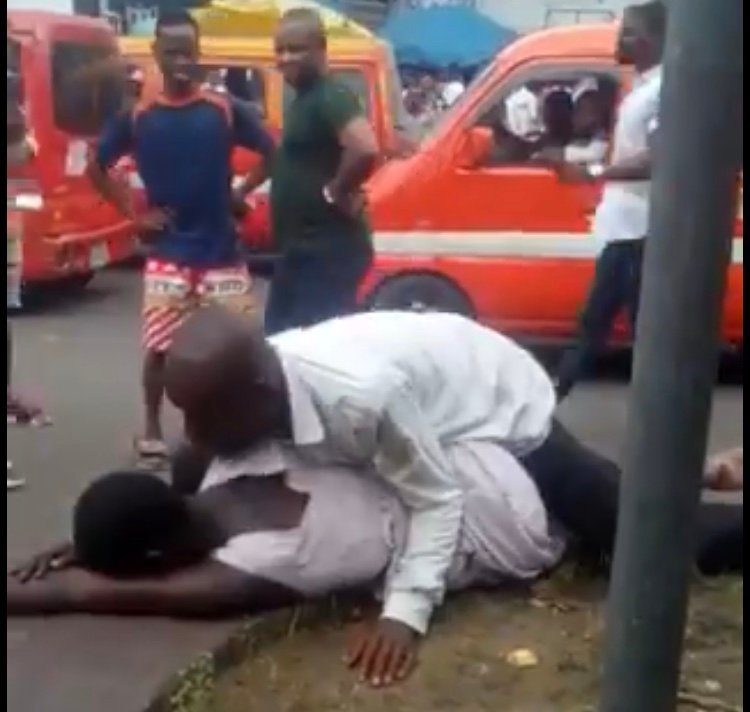 Watch video of Man Filmed Having S£x With A Mad Woman Broad Daylight In Akwa Ibom (Video) 1