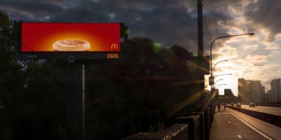 mc-donalds-outdoor-digital-inteligente-anuncio-cafe-da-manhã-agencia-cossete-geek-publicitario1