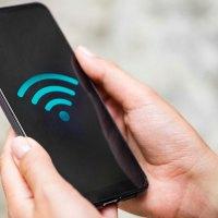 Um celular com sinal de internet Wi-Fi.
