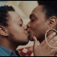 Um casal se beijando