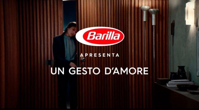 Início do filme do novo posicionamento da Barilla. Uma mulher entrando em casa e no meio da imagem está escrito