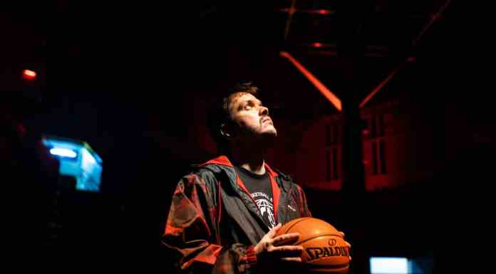 Gaules segura bola de basquete NBA