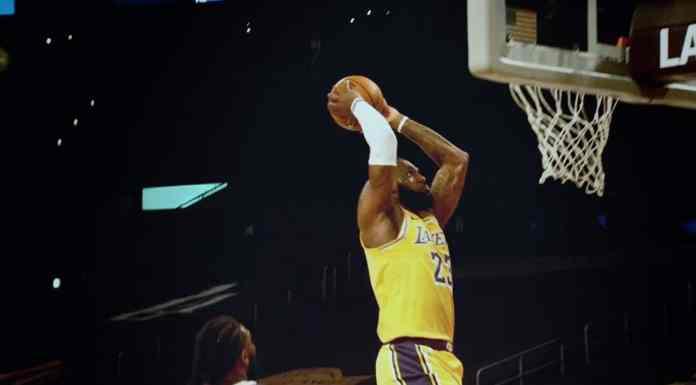 Foto de divulgação da campanha global da NBA. A foto apresenta um jogador da NBA enterrando a bola na cesta.