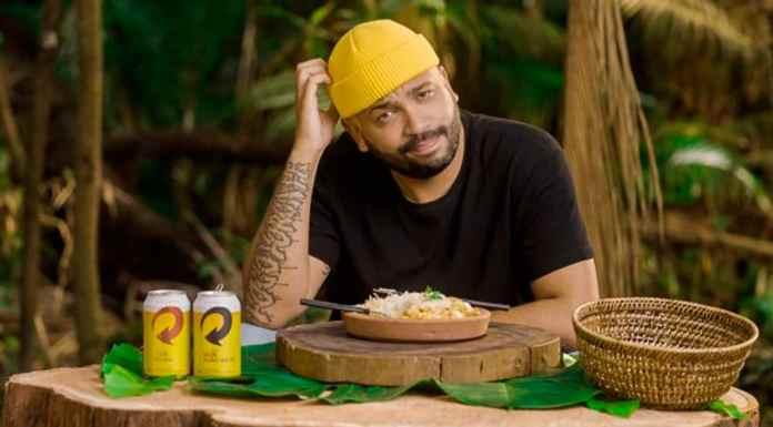 Foto de divulgação do Projota fazendo a prova da comida de No Limite recriada pela Skol.