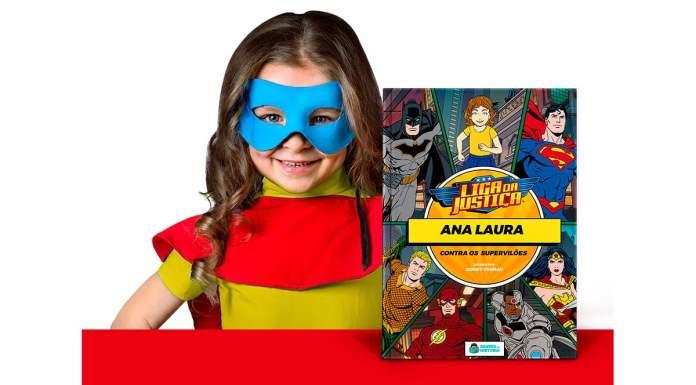 Foto de divulgação dos livros da DC da Dentro da História. A foto apresenta uma menina vestida de super-herói ao lado do livro