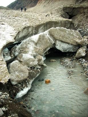 Woda uchodzi z kanałów subglacjalnych na powierzchnię poprzez tzw. bramy lodowcowe. Zdjęcie pokazuje bramę lodowca Sven. //Water outflow on Sven glacier (Svenbreen). Fot. Jakub Małecki, 2009//