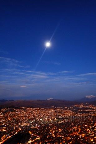 La Paz. W tle sześciotysięczniki Mururata (pośrodku) i Illimani (po prawej). Fot. J. Małecki