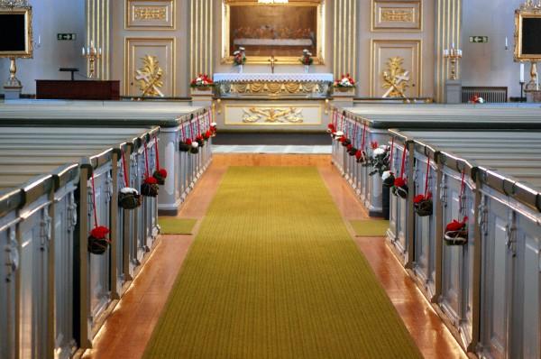 juldekorationer i kyrkan
