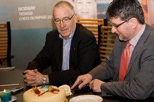 Daværende ordfører feirer med kake sammen med styreleder Henrik Andenæs i Tromsø 2014, at sjakk-OL har fått statsstøtte. (Foto: Jarle Heitmann)