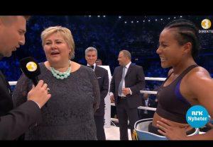 Erna Solberg soler seg i glansen av Cecilia Brækhus på lørdagens stevne i Spektrum (Foto fra skjerm - NRK nyheter)