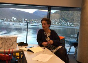 Kristin Røymo under Kystens Hus- forhandlingene med en rekke Tromsø-symboler i bakgrunn.