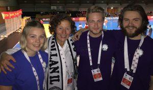 Ordføreren med tournament director Hanne-Kristin Wilsgård og Magnus Leo Leonhardsen og Andreas Eide Gjølstøl fra arr.komiteen.