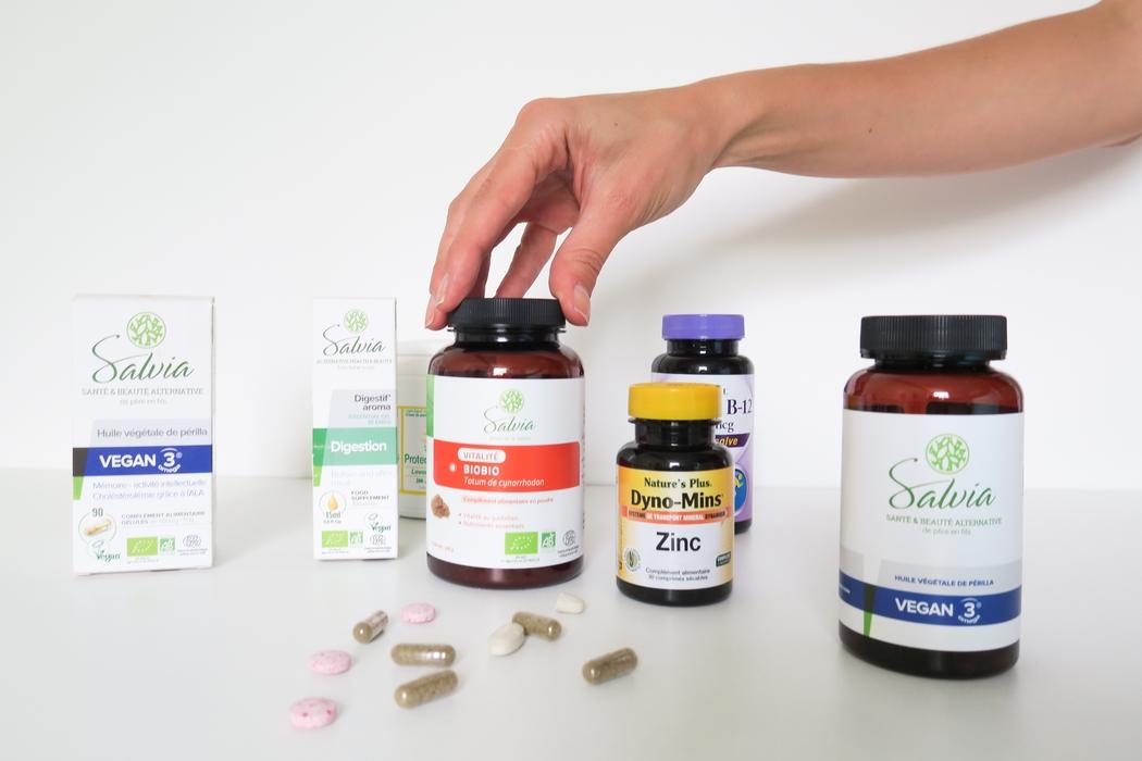La santé naturelle passe par l'assiette mais les compléments alimentaires sont souvent bien utiles pour donner un petit coup de pouce. La phytothérapie est une des techniques utilisées en naturopathie. Quels compléments prendre pour améliorer sa vitalité ? Comment faire le point sur ses éventuelles carences ? Comment se supplémenter quand on est végane ? Je vous parle de ce que prends de façon régulière et des cures que j'ai pu faire. Vitamine B12, zinc, oméga 3…