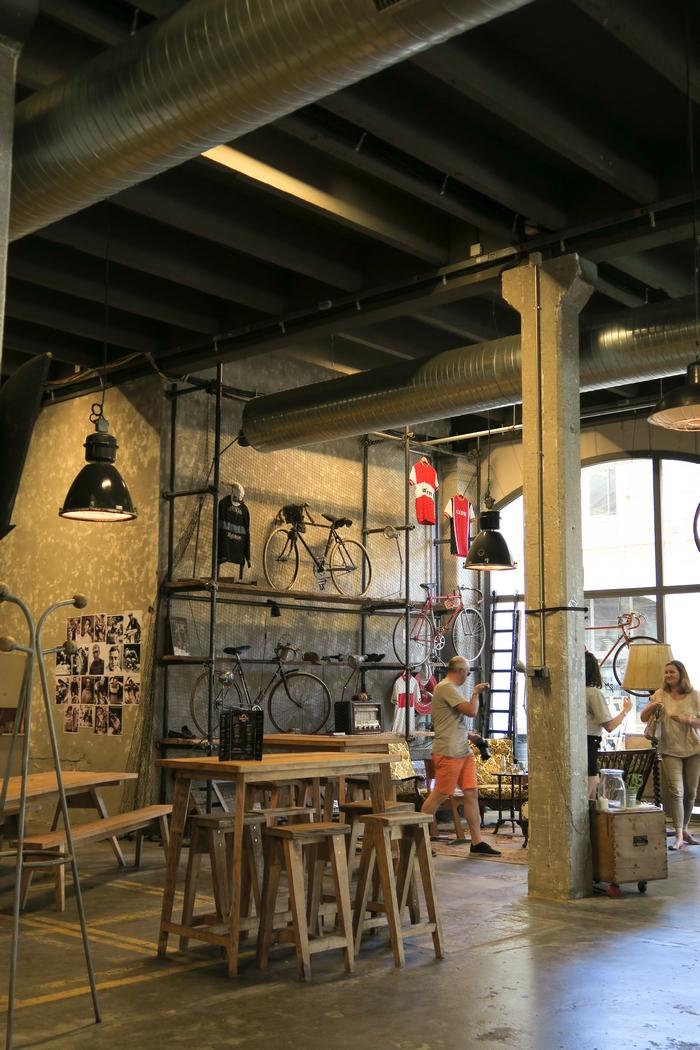 DARWIN est un lieu atypique de Bordeaux où dynamisme économique rime avec écologie et développement social responsable. A la fois alternatif et engagé, branché et zéro déchet, festif et associatif, c'est un repère underground qui plait aux hispters comme aux bobos. On y trouve un magasin bio, un restaurant, un Emmaus, un skate-park, une ferme urbaine, une brasserie, un club nautique… C'est la vraie bonne idée pour relancer le tissu économique en prenant VRAIMENT en compte l'environnement et les problématiques écologiques de notre monde moderne.