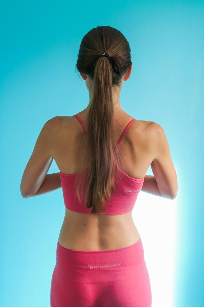 Le yoga s'adresse à tous les niveaux et tous les âges. Parce qu'il permet l'union de l'esprit et du corps et qu'il est source de bien-être, il est conseillé de le pratiquer tous les jours. La meilleure solution pour une pratique de yoga régulière c'est d'en faire à la maison. Quel tapis acheter ? Quel timing privilégier ? Quelle tenue choisir ? Quel style de yoga (hatha, vinyasa, yin…) ? Je vous donne ma recette pour pratiquer le yoga chez soi en toute simplicité.