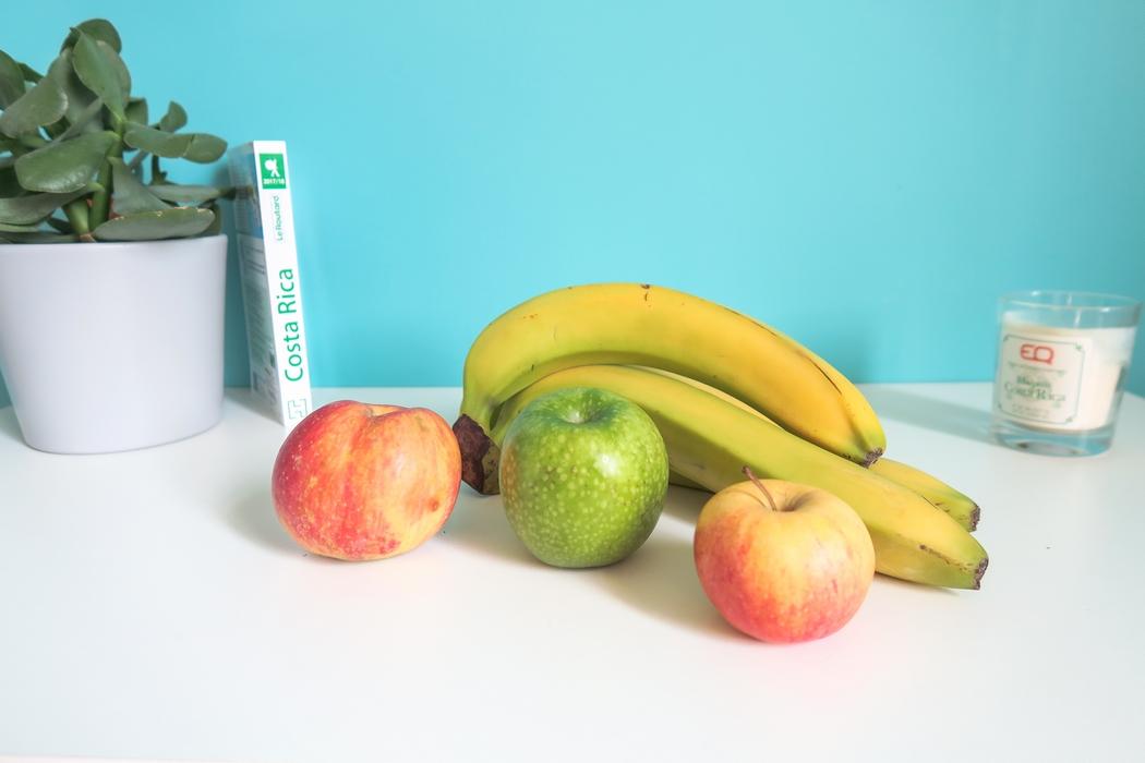 Pour les séjours à l'étranger, qui s'accompagnent souvent de longs courriers, une bonne habitude consiste à emporter de nombreux petits snacks healthy à grignoter. Voici des idées à glisser dans son sac : fruits secs, pains essènes, galettes, fruits frais…
