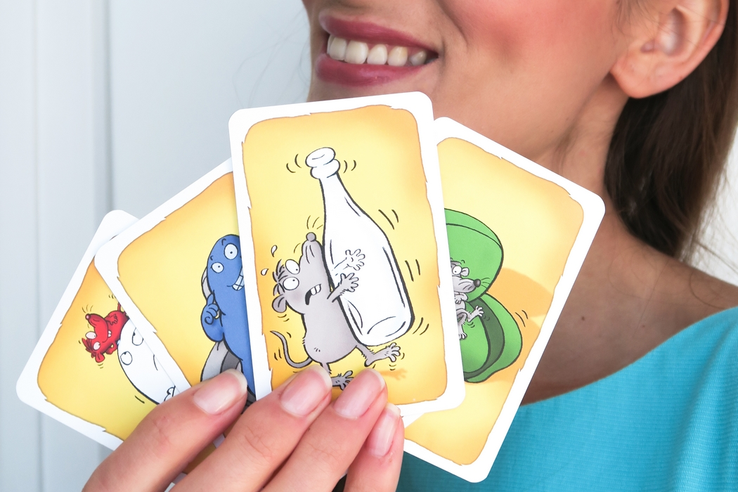 Et si on éteignait un peu les écrans pour passer des moments à s'amuser, réfléchir et rigoler autour d'un jeu de société ? En plus de faire travailler la mémoire, la réflexion ou l'esprit, les jeux de société ont cet avantage d'être un vrai ciment social. Les masques tombent, les comportements se dévoilent, l'ambiance se détend. Avouons que ça peut éventuellement tourner au vinaigre, mais c'est ça aussi jouer, apprendre à perdre avec le sourire. Je vous présente cinq jeux de société dont 4 d'entre eux captives autant les enfants que les adultes…