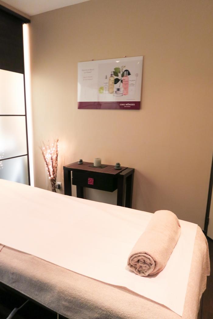 Le massage bien-être n'est pas qu'un plaisir solitaire de luxe, c'est une vraie source d'apaisement. Il agit sur le corps physique mais également énergétique et sur les plans mental et émotionnel. Autour de Soi propose des rituels complets issus de différents pays dans lesquels la tradition du bien-être corporel est fortement ancré.