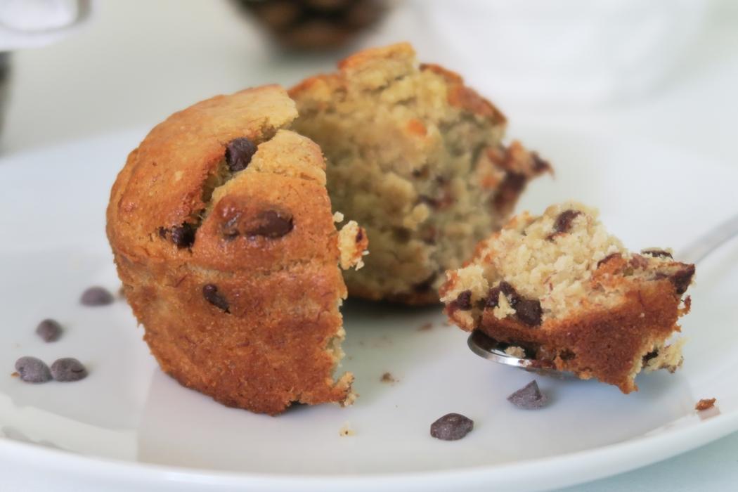Découvrez ma recette de muffins véganes express aux pépites de chocolat. N'hésitez pas à utiliser la base pour créer d'autres versions !