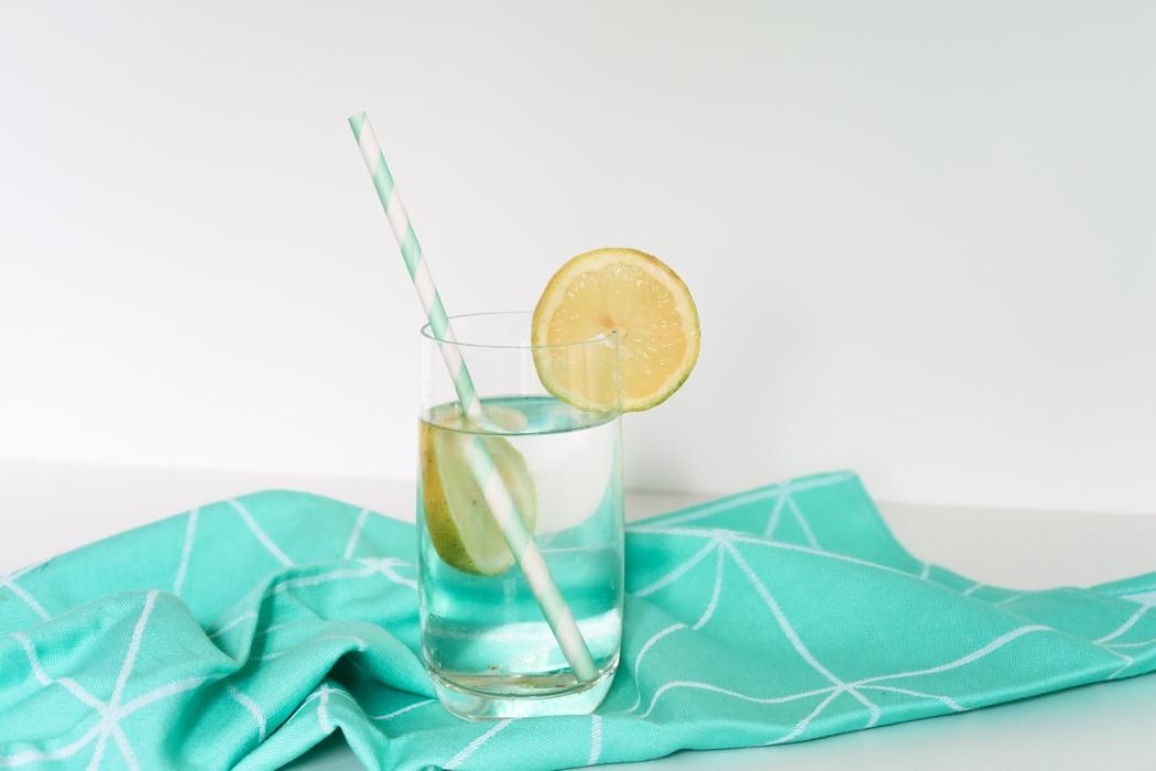 Le jus de citron à jeun le matin, qui n'en a pas entendu parler ? C'est LE conseil de santé naturelle qu'on retrouve partout. Démarrer la journée avec un jus de citron pressé au lever serait le top du top pour réveiller son système digestif en douceur. Sauf qu'il ne convient pas à tous les métabolismes et ses effets peuvent être dramatiques sur certaines personnes.