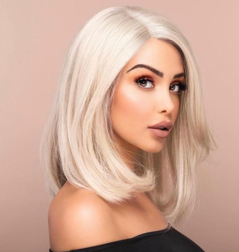 Nabilla Vergara pose avec une perruque blonde