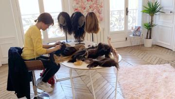 femme qui choisi sa perruque dans un salon de coiffure
