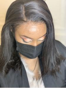 femme pose de lace wig