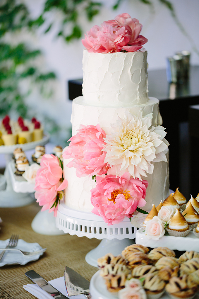 white cake with pink peonies by Sweet and Saucy Shop | Snapmotive | Glamour & Grace