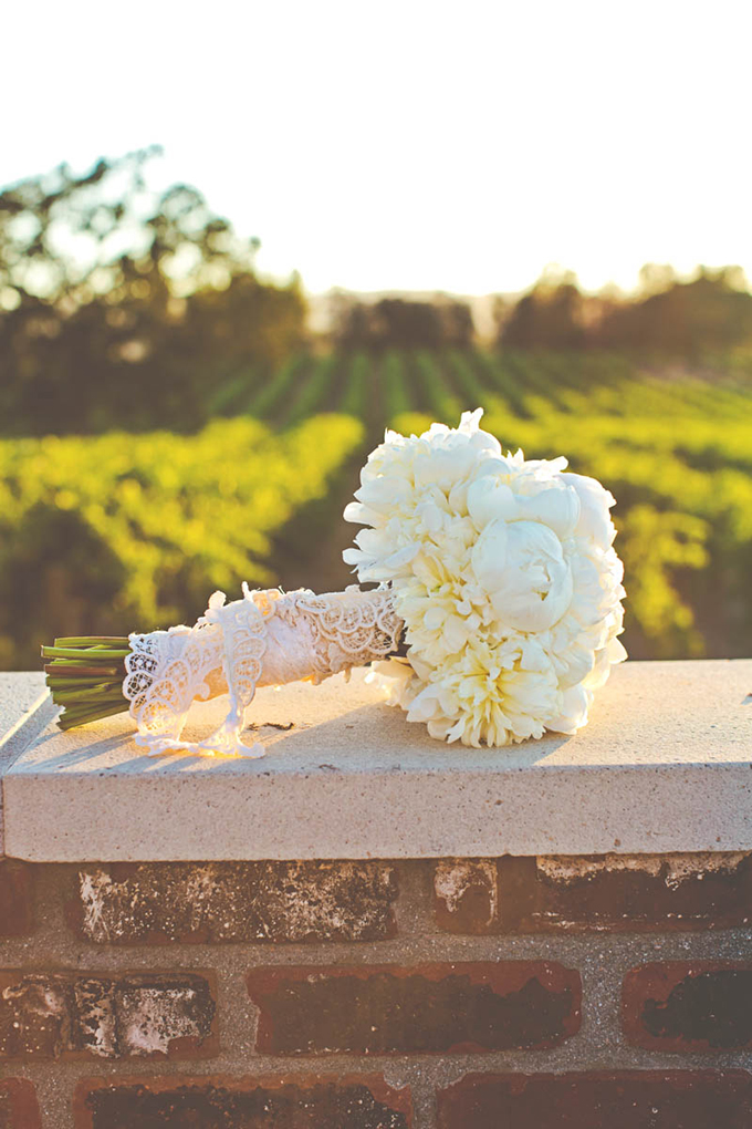 classic white bouquet | Lindsey Gomes Photography | Glamour & Grace