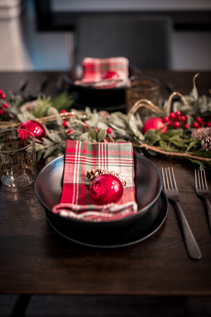 Glamouraspirit holiday table black and plaid with red ornaments