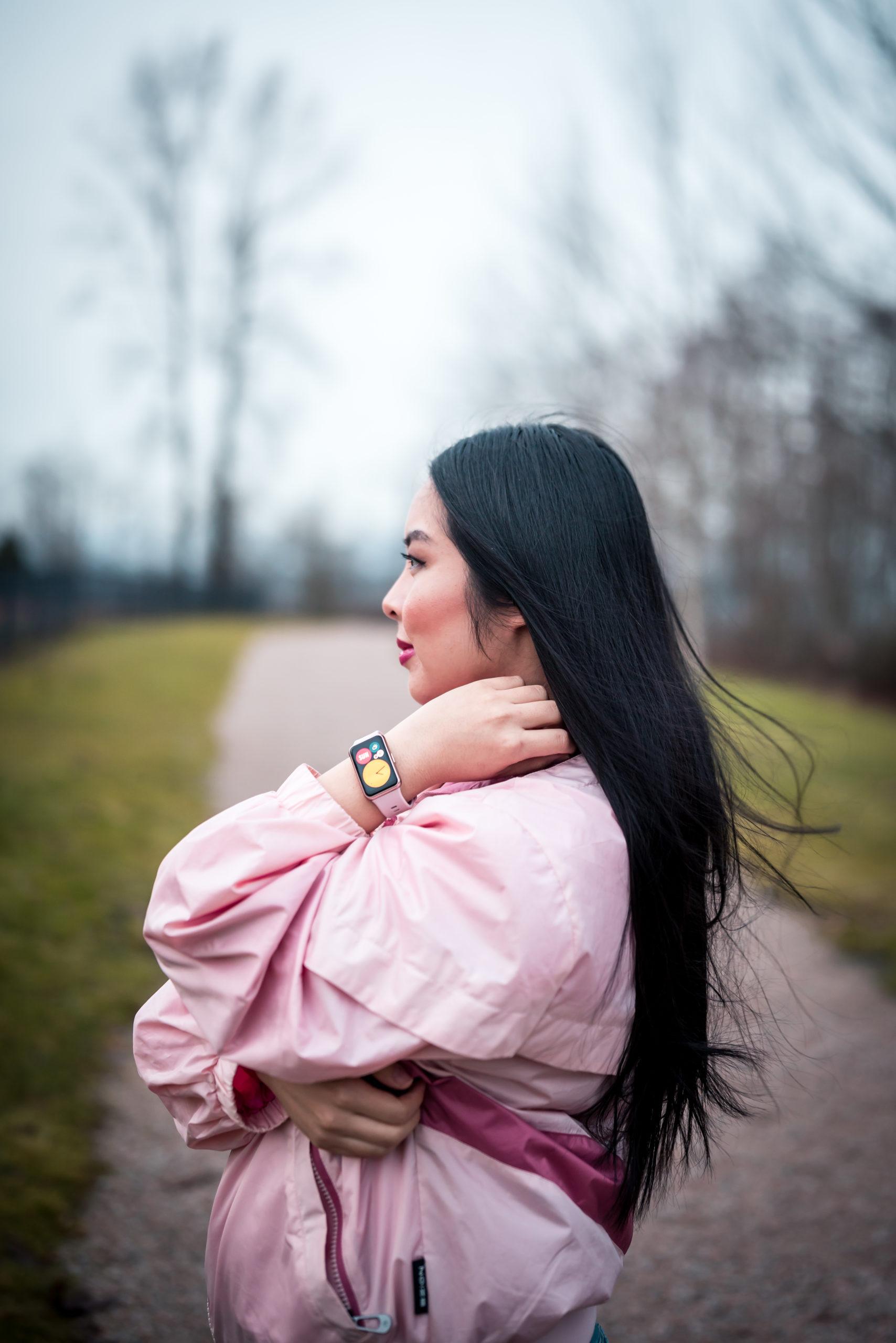 Glamouraspirit wearing HUAWEI WATCHFIT in sakura pink