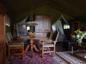 Intérieur tente safari au glamping La Douce France à Clermont Pouyguillès Midi-Pyrénées