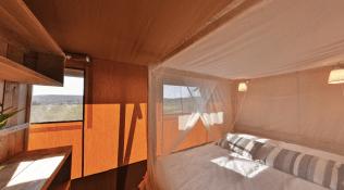 Chambre parentale Tente lodge au glamping Domaine de l'Oulivie à Combaillaux en Languedoc-Roussillon