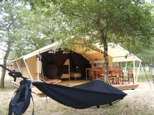 Tente Lodge et hamac au glamping La Téouleyre à St-Julien-en-Born en Aquitaine