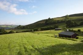Tente dans les champs au glamping Un lit au Pré à La Ferme de Penquelen Huella à Scaër en Bretagne